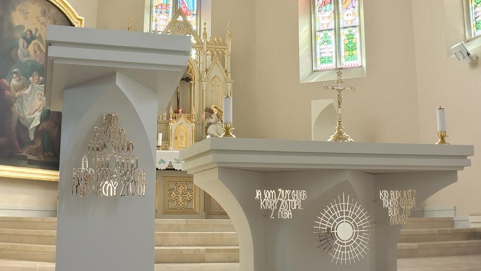 Farský kostol Zavar – liturgické zariadenie
